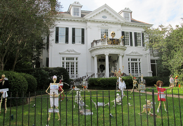 Uptown Halloween Decorations (Photo: Infrogmation)
